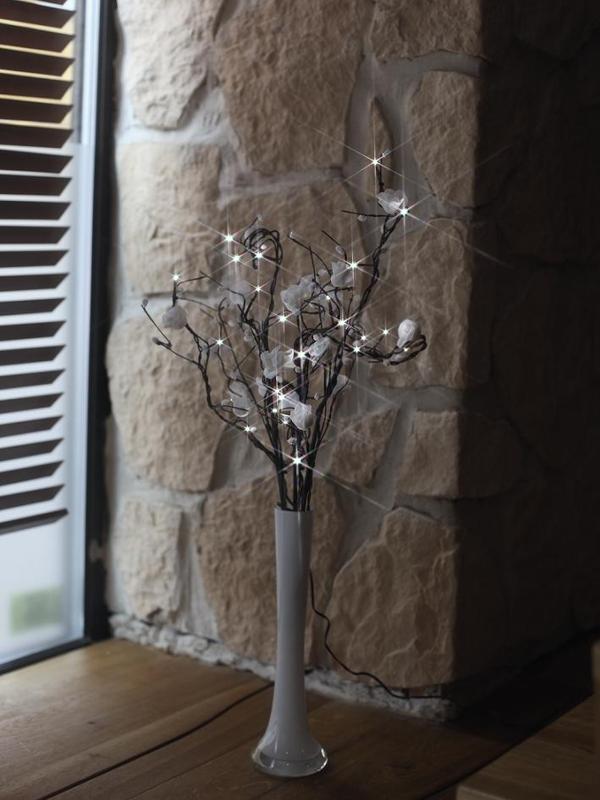 led weidenzweige wei e rosen beleuchtet mit 24 leds led zweige deko leuchte. Black Bedroom Furniture Sets. Home Design Ideas